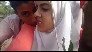 कपड़े पहने मुस्लिम लड़की उसके लड़के द्वारा गड़बड़ कर दिया