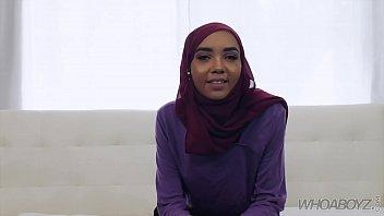 खूबसूरत मुस्लिम किशोर एक बीबीसी लेता है