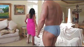 एक मांसपेशी आदमी के लिए तेल से सना हुआ लैटिना लड़की